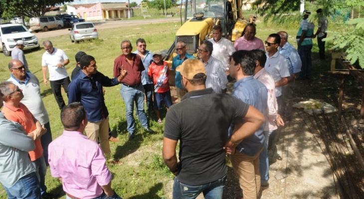 Júlio Cezar acompanha retomada das obras da água encanada na zona rural de Palmeira