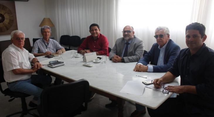 Júlio Cezar se reúne com direção do Cesmac Maceió para fortalecer parceria