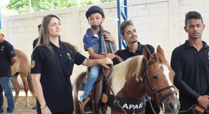 Júlio Cezar participa de lançamento de serviço de equoterapia da Casa Azul/Apae