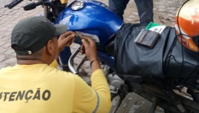 Smtt de Palmeira alerta mototaxistas credenciados para adesivação das motos