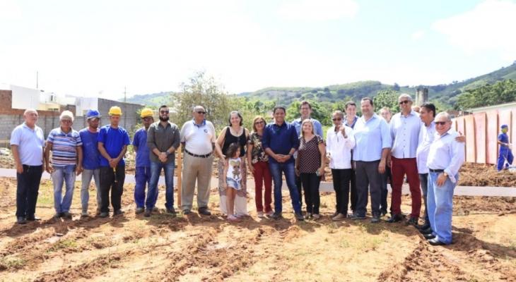 Prefeito Júlio assina Ordem de Serviço para construção de ginásio da Escola Douglas Apratto  Tenório