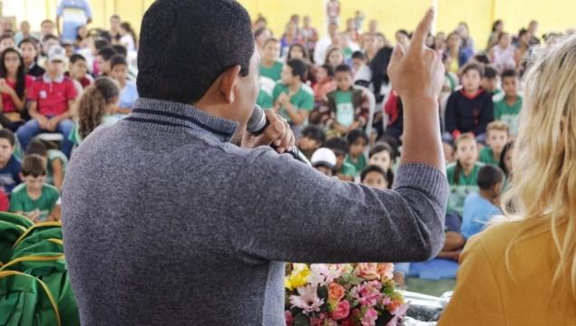 Prefeito Júlio assina O.S para construção de escola e entrega kits na zona rural